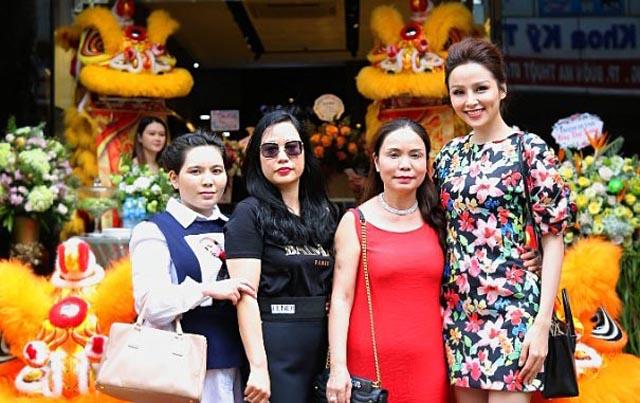 Hoa hậu Diễm Hương lộng lẫy trong buổi khai trương thương hiệu Giovanni tại TP Buôn Ma Thuột