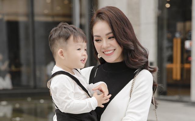 Dương Cẩm Lynh diện đồ ton sur ton cùng con trai