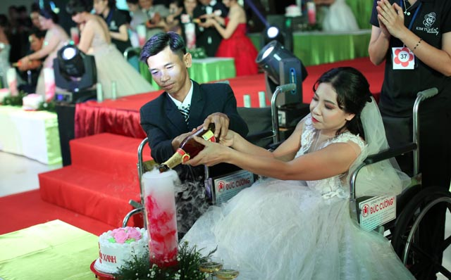 NSND Kim Cương tất bật ở lễ cưới của 40 cặp đôi khuyết tật