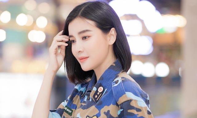 Ngoài đời Cao Thái Hà diện quận phục mạnh mẽ không kém trong phim