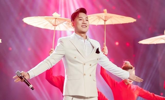 """Mang """"Ngắm hoa lệ rơi"""" lên sân khấu cùng sao Hàn, Châu Khải Phong gây tranh cãi"""