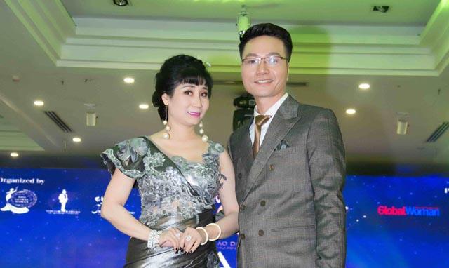 Nghệ sĩ Uyên Thảo rạng ngời bên Nam Vương Bảo Toàn trong đêm Gala