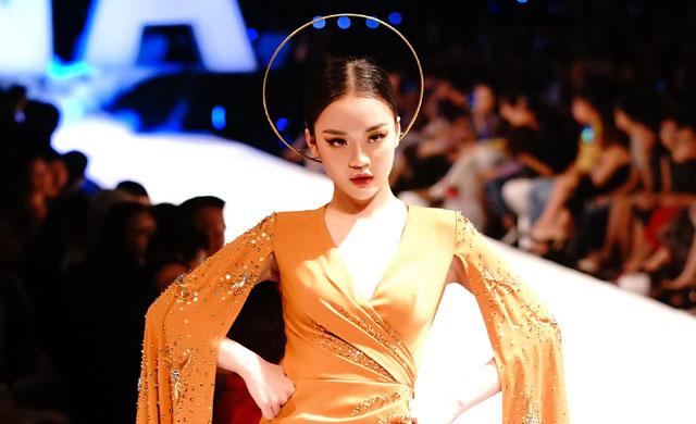 """Hoàng Hải Thu hóa """"Nữ thần mặt trời"""" làm vedette quyến rũ trên sàn catwalk"""