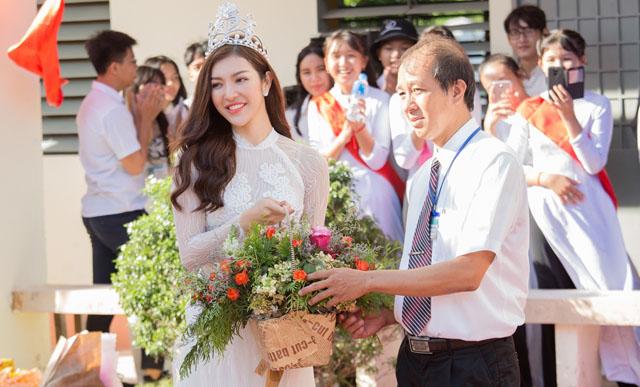 Hoa hậu Thiên Hương thể hiện khả năng ca hát khi về thăm trường xưa
