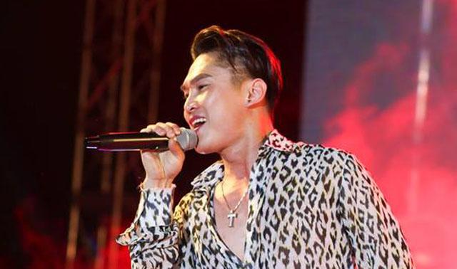 Châu Khải Phong xúc động trong đêm kỷ niệm 10 năm ca hát