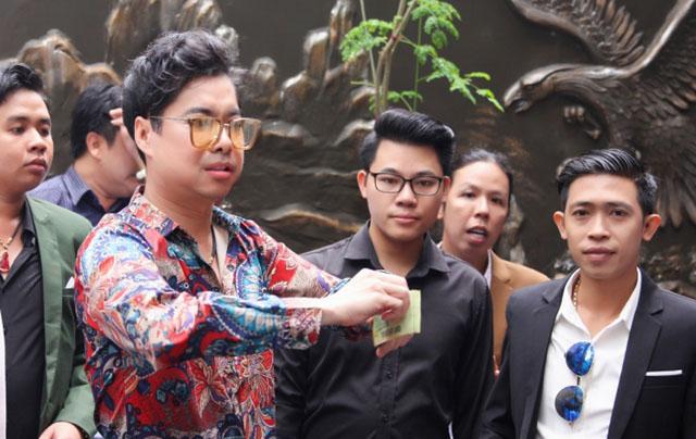 Ngọc Sơn tuyên bố hát trên livestream 3 ngày 3 đêm nếu ngày phát gạo trời đổ mưa