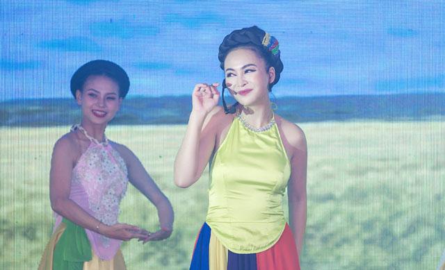 Trần Mỹ Ngọc diện áo yếm, đi guốc mộc khoe giọng ngọt ngào trên sân khấu