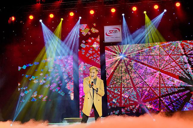 Ca sỹ gốc Việt V.O.X khiến khán giả miền Tây ngất ngây với HIT Người Thứ Ba
