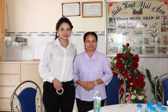 Phạm Hoàng Yến xúc động khi đi từ thiện, sợ cảnh neo đơn khi về già