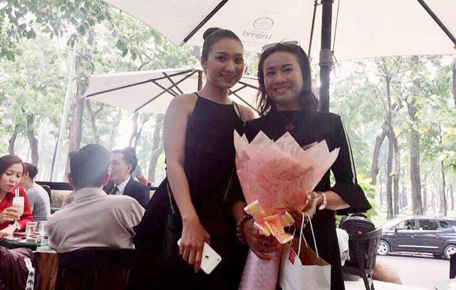 """Khoe vai trần """"nóng bỏng"""", Cao Mỹ Kim tặng hoa mừng sinh nhật NTK Lê Phạm"""