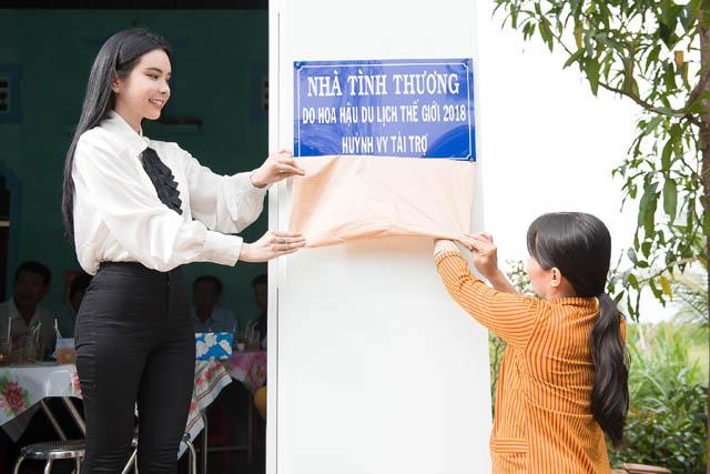 Hoa hậu Huỳnh Vy giản dị đi trao nhà tình thương tại quê nhà