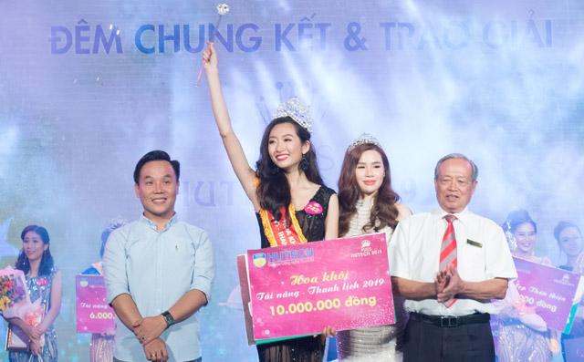 NTK Việt Hùng trao vương miện cho nữ sinh đăng quang Hoa khôi Miss HUTECH 2019