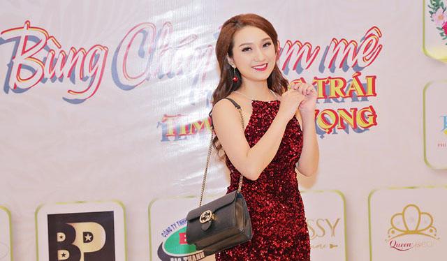 Ca sỹ - diễn viên Cao Mỹ Kim diện đầm yếm khoe vai trần mượt mà dự tiệc cuối năm