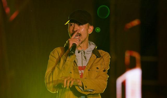 """Rapper Đen thể hiện """"Anh đếch cần gì nhiều ngoài em"""" trước 40.000 khán giả"""