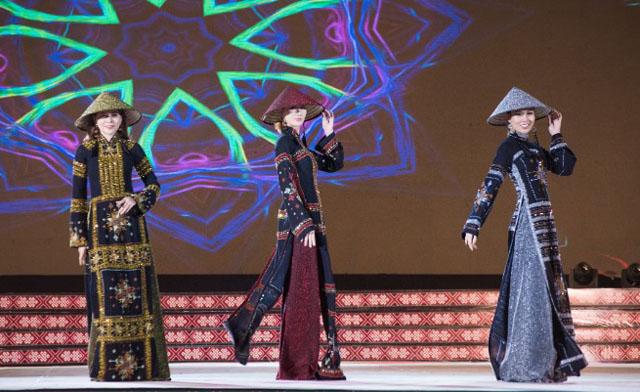 Thời trang về thổ cẩm của NTK Việt Hùng lộng lẫy bước ra Lễ hội văn hóa thổ cẩm Việt Nam