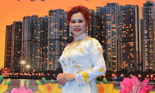Hoa hậu Phu nhân Đinh Thúy Hằng diện áo dài sang trọng đi sự kiện