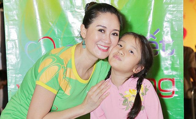 Hoa hậu Đàm Lưu Ly mang niềm vui ngày Tết đến với trẻ em khuyết tật