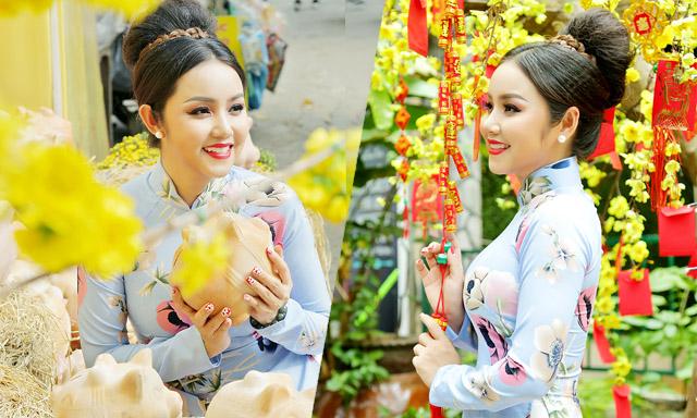 Hoa hậu quý bà Amy Lê Anh xuống phố hòa cùng sắc xuân với tà áo dài truyền thống