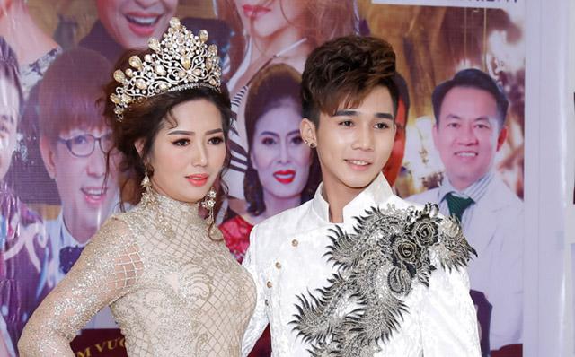 Nam vương tài năng Phan Gia Huy nổi bật, cuốn hút trên thảm đỏ