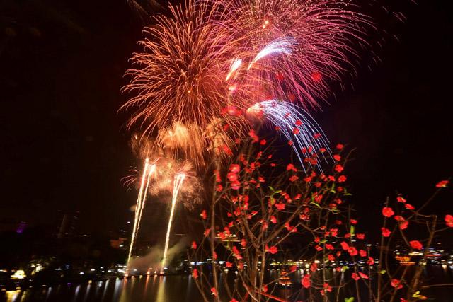 Pháo hoa chào năm mới khắp ba miền Bắc Trung Nam