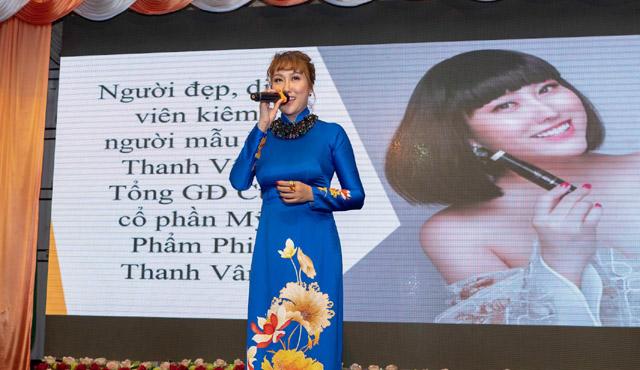Phi Thanh Vân nổi bật áo dài xanh trong lễ tri ân khách hàng The Party of Team Li Li Đỗ