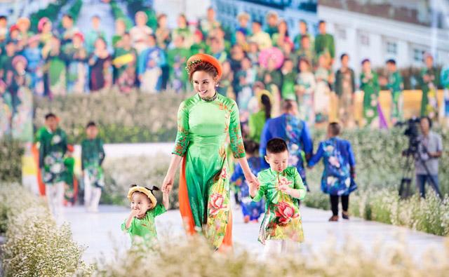 """Các nhóc tỳ nhà Đàm Lưu Ly, Vy Oanh, Hoàng Bách càn quét sàn catwalk """"Lễ hội áo dài 2019"""""""