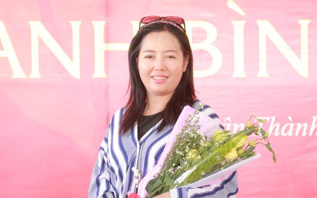 Nữ Hoàng Thuý Lê thanh thoát áo sọc trắng xanh dự lễ Khánh thành cơ sở bảo trợ xã hội