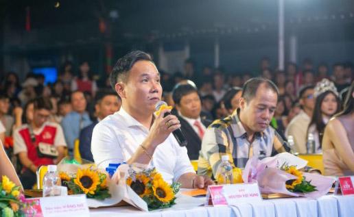 """NTK Việt Hùng quyền lực ngồi ghế """"nóng"""" chung kết Miss UEF 2019"""