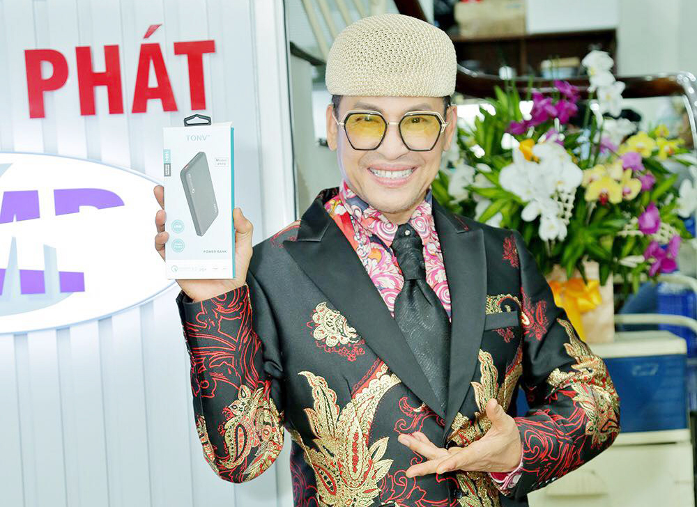 MC Thanh Bạch diện veston nổi bật quay quảng cáo pin sạc dự phòng