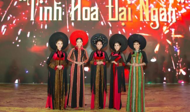 NTK Việt Hùng họa Tinh hoa đại ngàn vào Áo dài Thổ cẩm