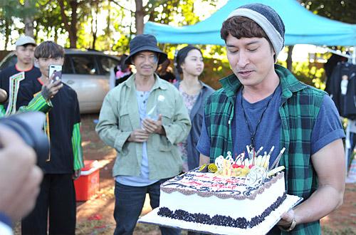 Huy Khánh được bà xã tổ chức sinh nhật trên phim trường Lật Mặt 4