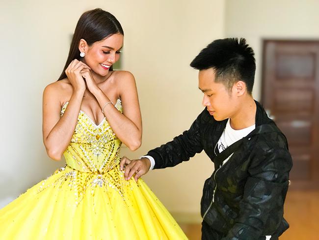 Miss Universe Cambodia Rern SiNat chọn váy NTK Nguyễn Minh Tuấn để trao vương miện cho người kế vị
