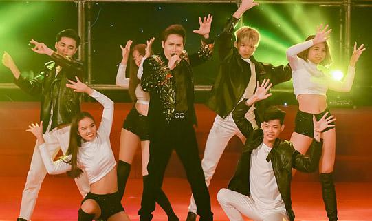 """Ca sĩ Nguyên Vũ hóa """"Crazy Boy"""" tại đêm chung kết Người mẫu Thể hình Việt Nam 2019"""