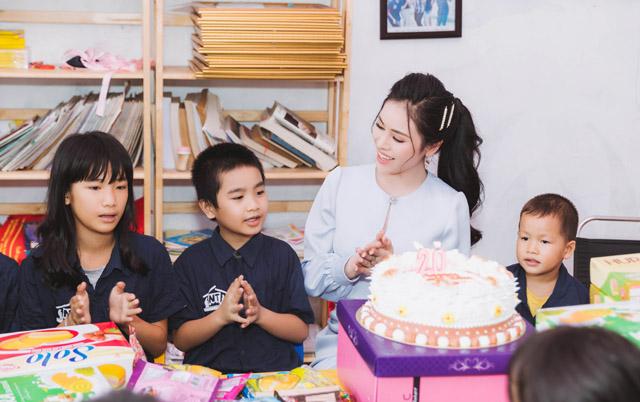 Thư Dung quây quần bên trẻ em mồ côi hát sinh nhật mừng tuổi mới