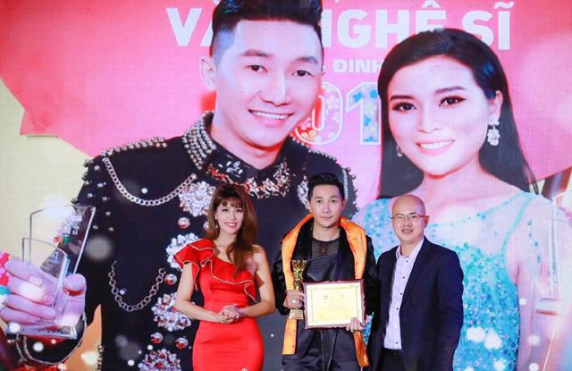 Siêu mẫu Nam Phong được vinh danh giải Quý Ông Hoàn Hảo 2019