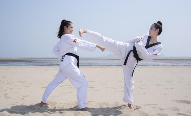 Á hậu Hoàng Hạnh múa võ Taekwondo trước biển
