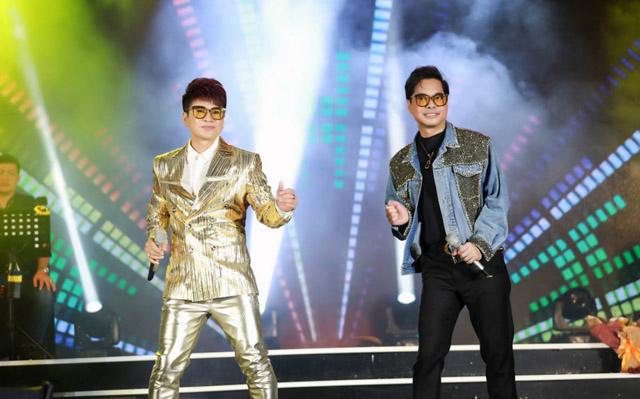 Danh ca Ngọc Sơn đội mưa hát cùng học trò Lương Gia Huy trong liveshow kỷ niệm