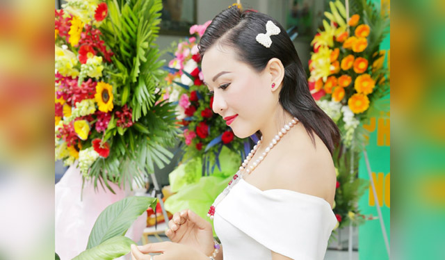 Giám đốc truyền thông Lê Phạm khoe vai trần gợi cảm