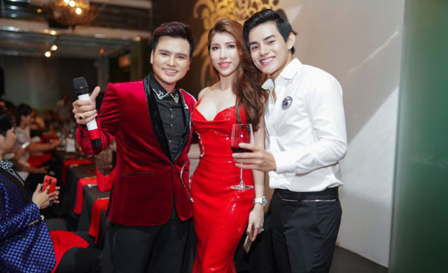 Bạn gái nhạc sĩ Dương Khắc Linh hát tặng hoa hậu Lê Thu Thảo trong tiệc Thanks Party