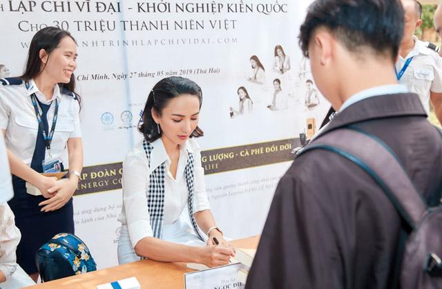 """Hoa hậu Ngọc Diễm: """"Sách quý sẽ hun đúc tinh thần chiến binh"""""""