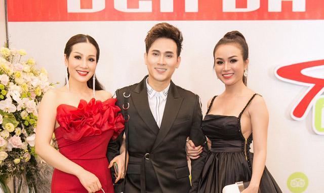 Hoa hậu Vũ Loan, Trương Nhân hội ngội ca sĩ Nguyên Vũ tại tiệc khai trương Ẩm Thực Trần