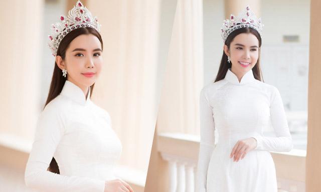 Hoa hậu Huỳnh Vy mặc áo dài trắng, đội vương miện về thăm trường cũ