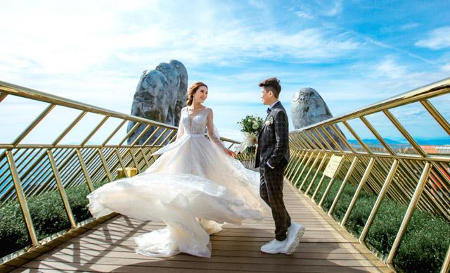 Cặp đôi nghệ sĩ đồng giới Tú Tri – Yun Bin tung ảnh cưới lãng mạn tại cầu Vàng Đà Nẵng