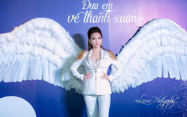 Nữ hoàng Nhan sắc Quốc tế Ngọc Phương diện vest Coco&Papa khoe vòng 1 nóng bỏng