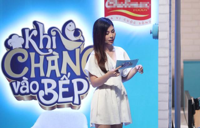 MC Vân Anh khiến bạn trai toát mồ hôi vì thử thách khó trên sóng truyền hình