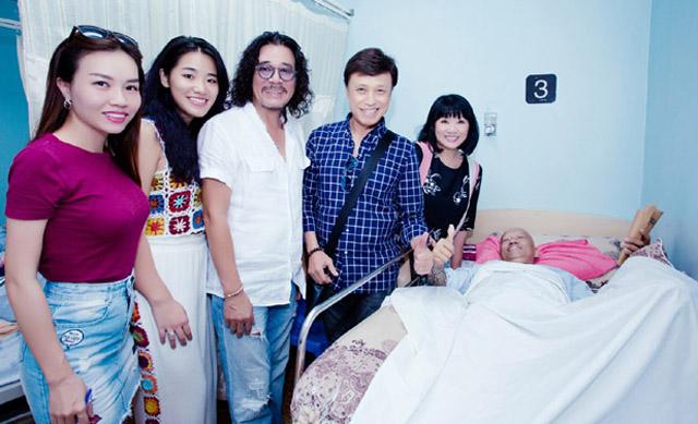 Các nghệ sĩ vào thăm và trao tặng 500 triệu đồng cho nghệ sĩ saxophone Xuân Hiếu sau đêm nhạc