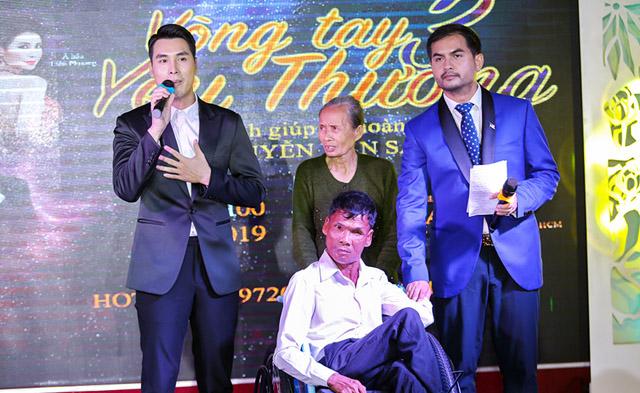 Đêm nhạc Vòng tay yêu thương 3, Hoàng Phi Kha quyên góp 200 triệu tặng người khuyết tật bán vé số