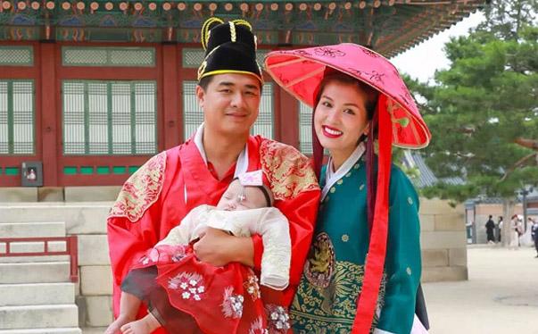 """""""Thí sinh"""" Oanh Yến diện hanbok cùng """"chồng chưa cưới"""" đưa các con dạo chơi xứ sở Kim Chi"""