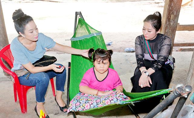 NSƯT Trịnh Kim Chi cùng Nữ hoàng Helen Thúy Lê không ngại gió mưa, xuống thăm gia đình bé Như Ý