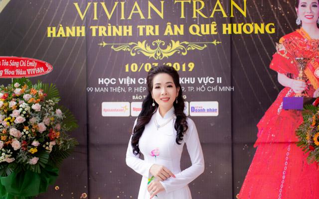 Hoa hậu Vivian Trần xúc động trao 500 suất quà cho bà con nghèo